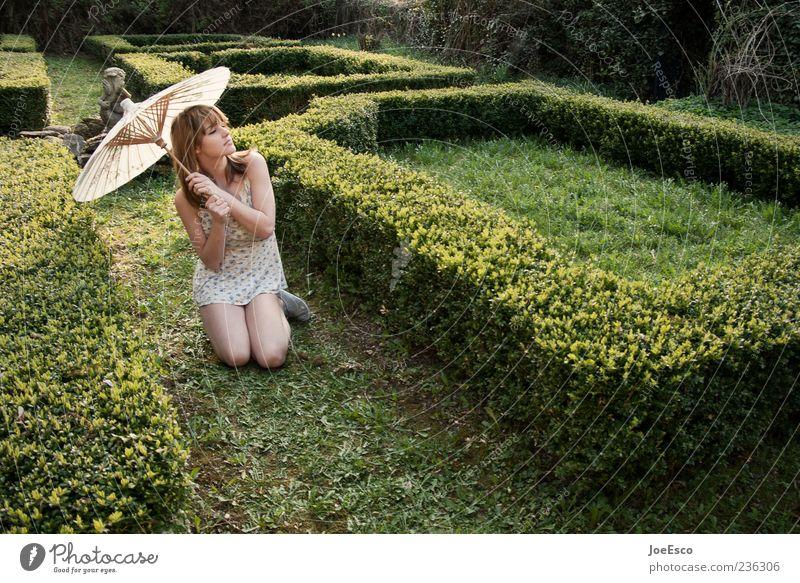 #236306 elegant Stil Garten Frau Erwachsene Natur Park Kleid beobachten Erholung sitzen warten ästhetisch natürlich schön Zufriedenheit Sonnenschirm verträumt