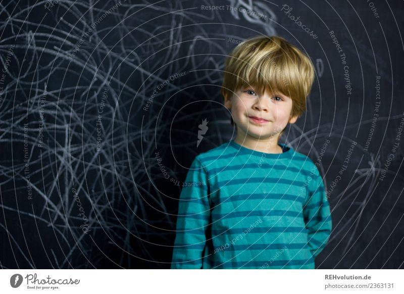 Junge steht vor einer Tafelwand Freizeit & Hobby Kindererziehung Bildung Kindergarten lernen Schulkind Mensch maskulin 1 3-8 Jahre Kindheit Lächeln authentisch