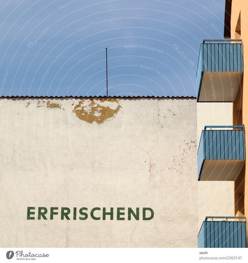 Erfrischendes alt blau Stadt weiß Haus Wand Mauer Häusliches Leben Schriftzeichen Schönes Wetter Zeichen Bauwerk Wolkenloser Himmel Balkon eckig