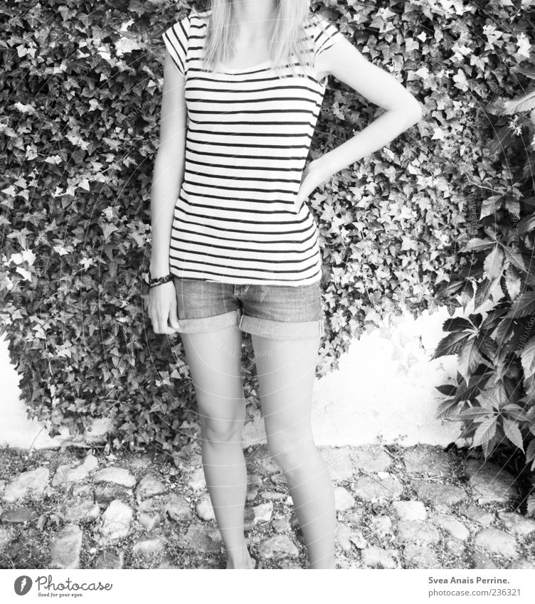 Körper. feminin Junge Frau Jugendliche Beine 1 Mensch 18-30 Jahre Erwachsene Mauer Wand stehen Kopfsteinpflaster Efeu Sträucher T-Shirt Hotpants Schmuck Armband