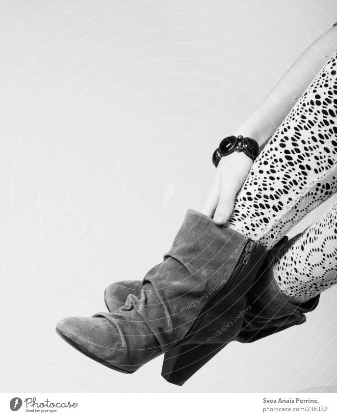 Fuss. feminin Junge Frau Jugendliche Arme Hand Beine Fuß 1 Mensch Mode Strumpfhose Accessoire Schmuck Schuhe Damenschuhe modern Leggings Schwarzweißfoto