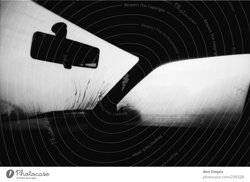 fahrerkabine weiß schwarz dunkel PKW Autofenster Nebel Perspektive Autotür analog feucht Fahrzeug Verkehrsmittel Windschutzscheibe Schwarzweißfoto Rückspiegel