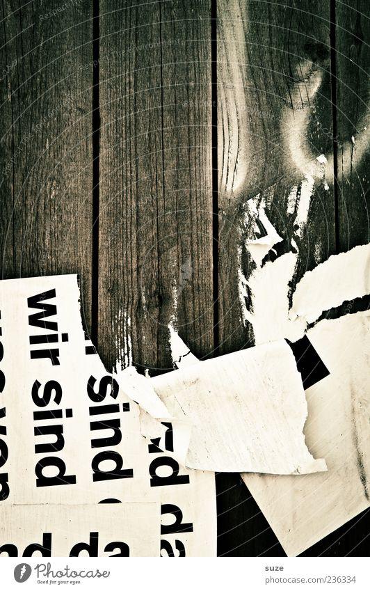 Plakativ alt Holz Schriftzeichen kaputt Buchstaben einfach Holzbrett Wort Werbebranche Rest Holzwand unklar