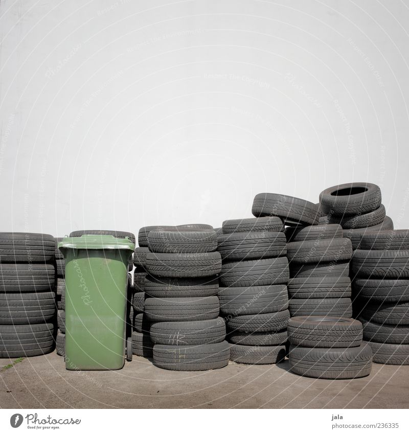 reifenprüfung Wand Mauer Fassade liegen viele Reifen Stapel Lager Gummi Müllbehälter aufeinander Autoreifen Vor hellem Hintergrund
