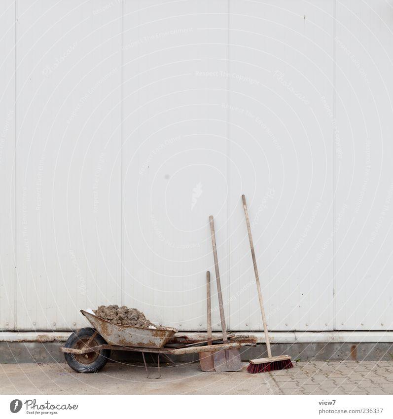 Päuschen Arbeitsplatz Baustelle Besen Schaufel Mauer Wand Fassade Stein Beton Metall bauen machen authentisch einfach Pause Schubkarre Farbfoto Außenaufnahme