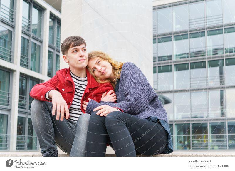 junges Paar auf der Treppe vor einem modernen Gebäude sitzend Lifestyle Mensch Junge Frau Jugendliche Junger Mann Erwachsene Freundschaft Partner 2