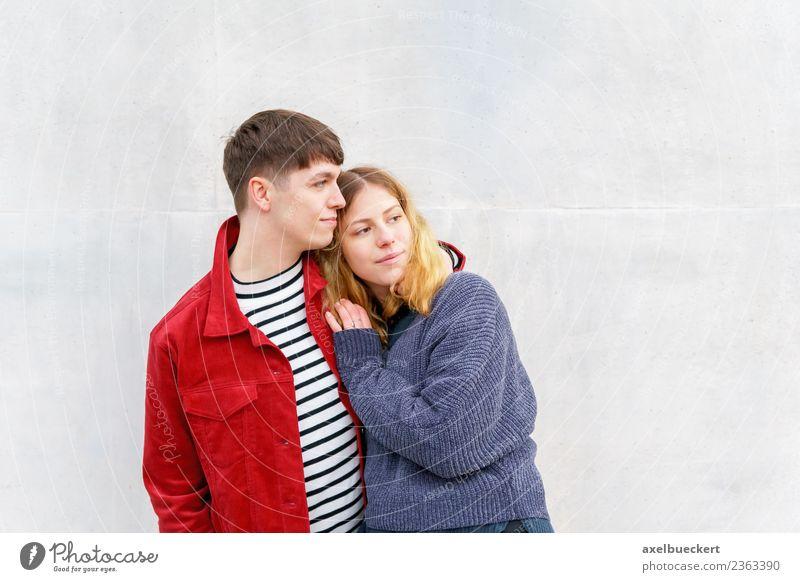 junges liebevolles Paar vor der Betonwand stehend Lifestyle Mensch Junge Frau Jugendliche Junger Mann Erwachsene Freundschaft Partner 2 13-18 Jahre 18-30 Jahre