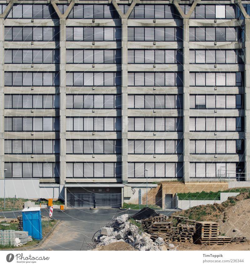 Langweilig, hässlich, grau Haus Fenster Architektur Gebäude Fassade Beton trist Baustelle Toilette Quadrat Ruine Renovieren Demontage Einfahrt