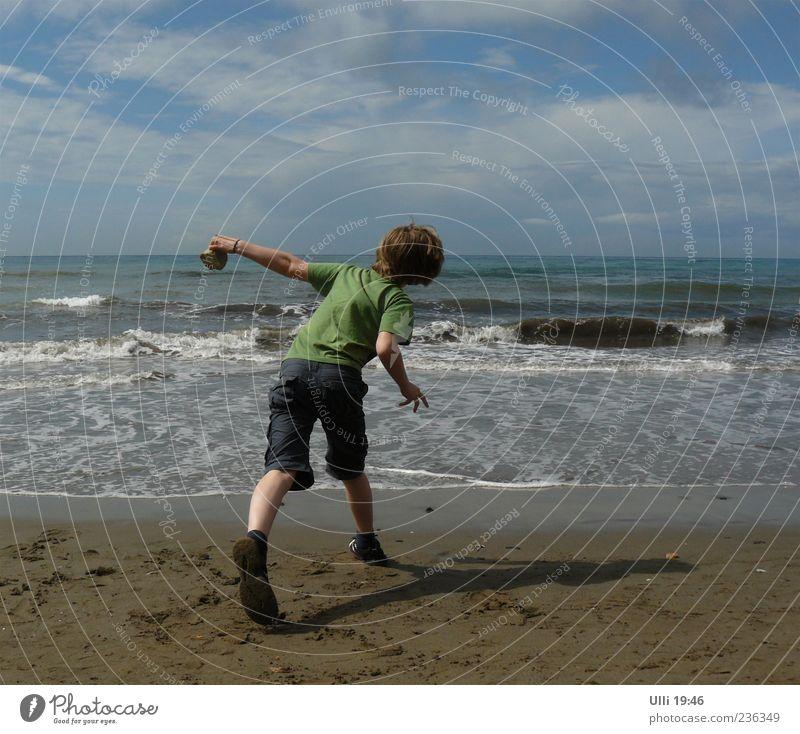 Steinschleuder. Leben Spielen Kind Junge 1 Mensch 8-13 Jahre Kindheit Sand Wasser Himmel Wolken Horizont Schönes Wetter Wind Wellen Küste Strand Meer T-Shirt