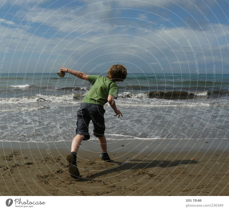 Steinschleuder. Mensch Kind Himmel Wasser Meer Freude Wolken Strand Leben Spielen Junge Küste Sand springen Horizont Wellen