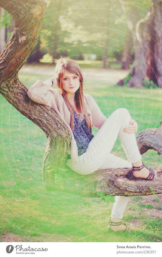 verzweigt. Stil feminin Junge Frau Jugendliche 1 Mensch 18-30 Jahre Erwachsene Baum Baumstamm Ast Garten Schuhe blond langhaarig sitzen einzigartig natürlich