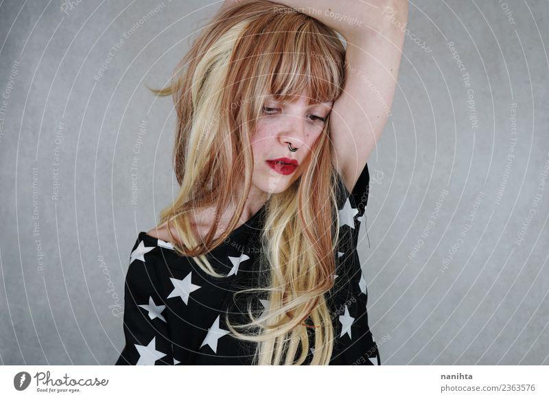Mensch Jugendliche Junge Frau schön Einsamkeit 18-30 Jahre Gesicht Erwachsene Lifestyle Leben Traurigkeit feminin Stil Haare & Frisuren Design modern