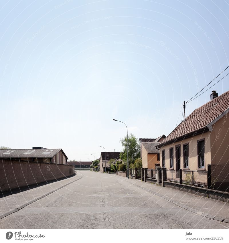 menschenleer Kleinstadt Menschenleer Haus Einfamilienhaus Bauwerk Gebäude Mauer Wand Straße Wege & Pfade Stadt Einsamkeit trist Farbfoto Außenaufnahme