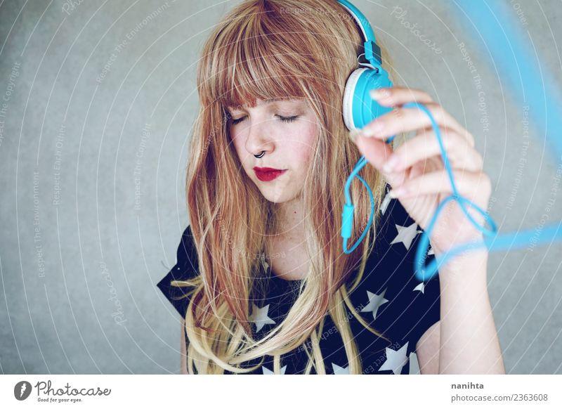 Junge Frau beim Musikhören Lifestyle Stil Design schön Haare & Frisuren Sinnesorgane Erholung Freizeit & Hobby Headset Technik & Technologie