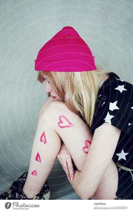 Junge Frau mit gemalten Herzen in den Beinen Stil Design Mensch feminin Jugendliche 1 18-30 Jahre Erwachsene T-Shirt Hut Haare & Frisuren blond langhaarig