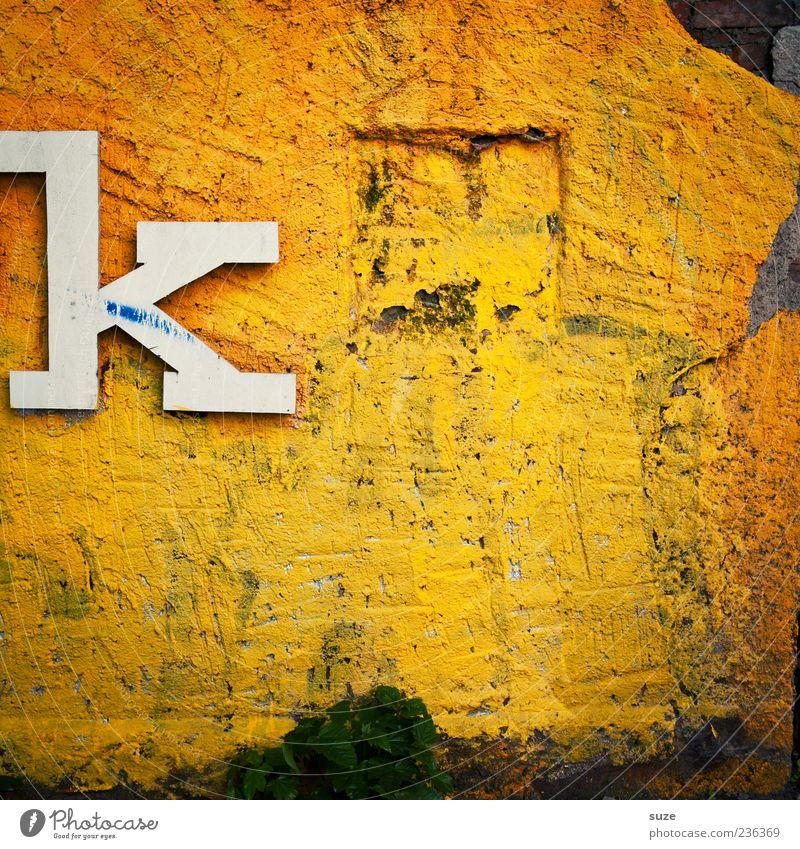 k wie niemand Kunst Mauer Wand Fassade Zeichen Schriftzeichen alt dreckig einfach kaputt trashig trist trocken gelb weiß Buchstaben einzeln Putz Hintergrundbild
