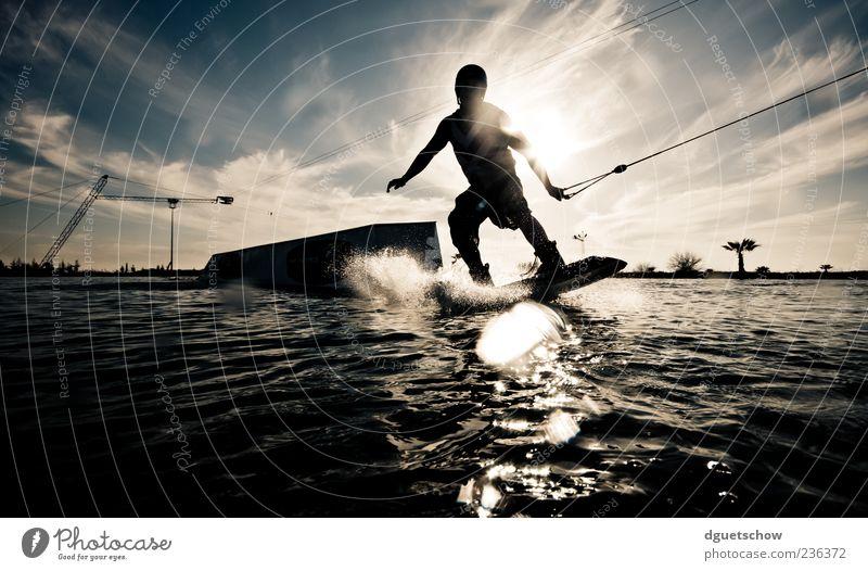 Wakeboarder Lifestyle Freude Freizeit & Hobby Sport Wassersport Sportler Wakeboarden Wasserskianlage Mann Erwachsene Leben Wassertropfen Himmel Wolken
