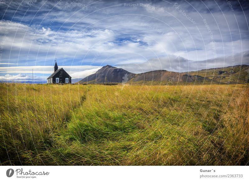 Alte, schwarze Holzkirche auf Island. Himmel Ferien & Urlaub & Reisen Erholung Wolken Ferne Berge u. Gebirge Architektur Wiese Tourismus Freiheit Ausflug
