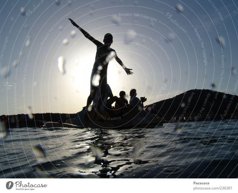 Wasserschatten Mensch Jugendliche Sonne Meer Sommer Freude springen Spielen Freiheit Freundschaft Zusammensein fliegen Wassertropfen Abenteuer stehen