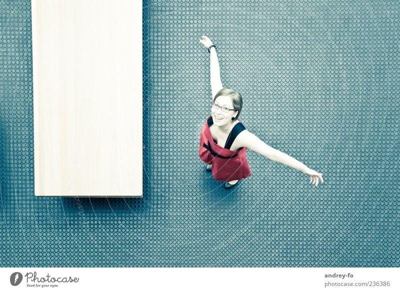 Freude feminin Junge Frau Jugendliche Leben 1 Mensch 18-30 Jahre Erwachsene Tanzen Lächeln lachen Umarmen Glück positiv blau rot Gefühle Lebensfreude Bewegung