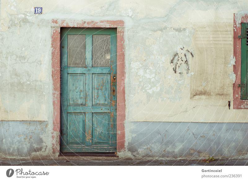 Deutsche Toskana Menschenleer Haus Gebäude Mauer Wand Fassade Fenster Tür alt verrotten schäbig kaputt 19 Hausnummer Holztür verfallen Farbfoto Außenaufnahme