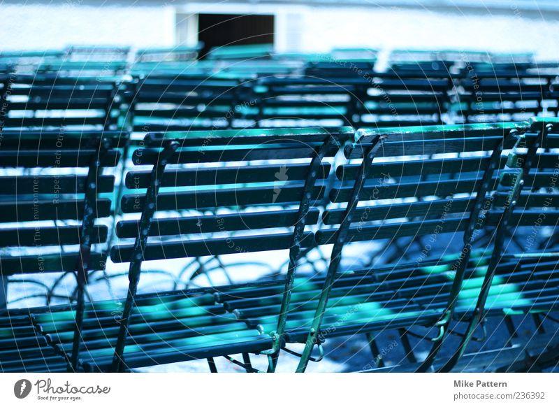 Stuhl an Stuhl Veranstaltung Holz Metall sitzen viele grün bequem Gelassenheit Farbfoto Außenaufnahme Menschenleer Morgen Licht Schatten Unschärfe