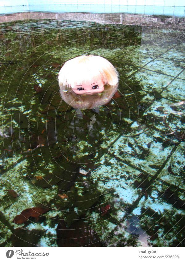 Blondschopf Wasser Spielzeug Puppe Schwimmen & Baden beobachten blond dreckig dunkel gruselig blau braun grün Gefühle bizarr Vergänglichkeit morbid böse Herbst