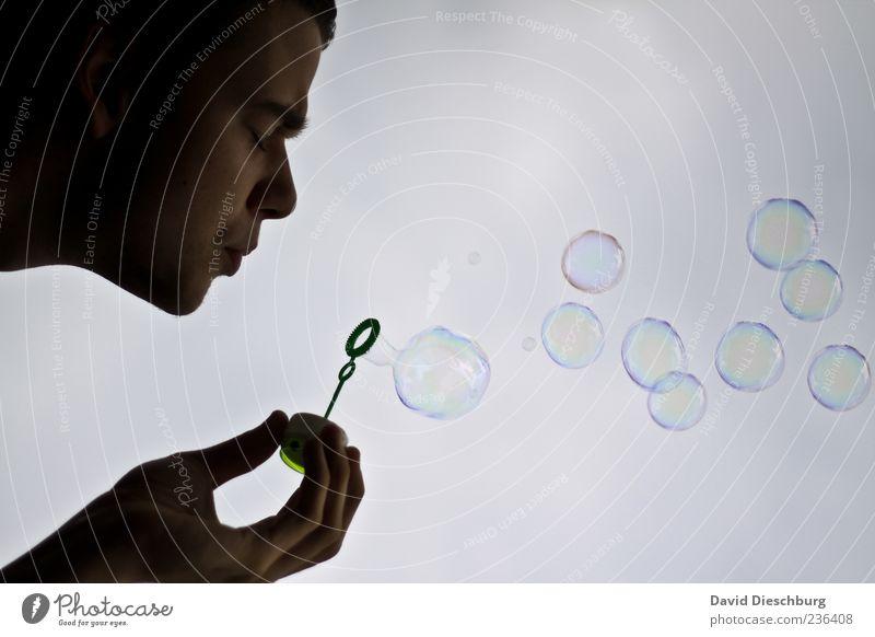 Dream for a short time Mensch Junger Mann Jugendliche Kopf Gesicht Hand 1 18-30 Jahre Erwachsene schwarz weiß Seifenblase blasen träumen Kreis Kugel schön