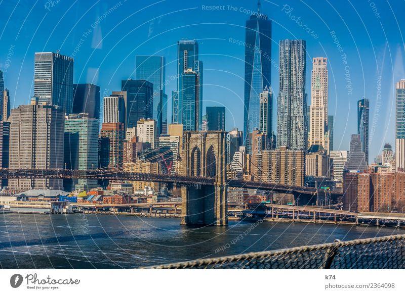 NYC - Brooklyn Bridge Skyline Froschperspektive Tag Außenaufnahme Gedeckte Farben Farbfoto Stadt New York City USA Amerika Hauptstadt Stadtzentrum Menschenleer