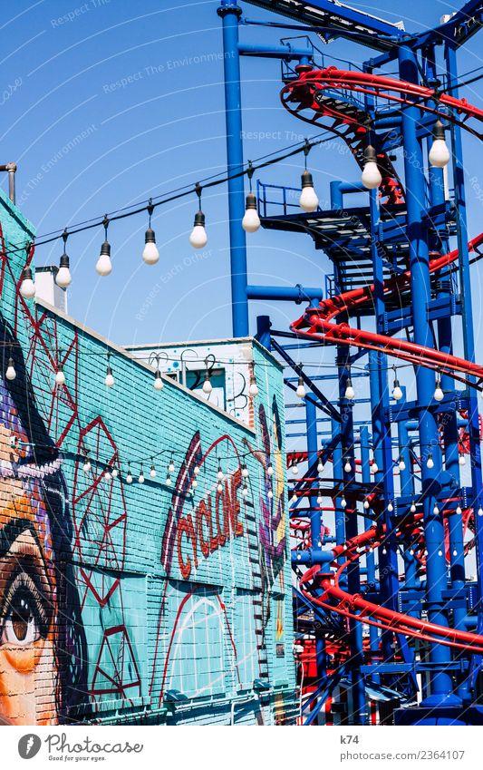 NYC - Luna Park Coney Island - CYCLONE Frau Mensch blau rot Erwachsene Auge Graffiti Wand feminin Mauer Schönes Wetter Wolkenloser Himmel türkis Glühbirne