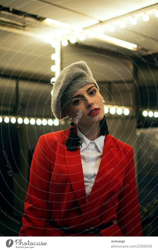 Frau Jugendliche Junge Frau Stadt schön rot Freude Erwachsene Lifestyle Gefühle feminin Stil Mode elegant einzigartig Macht