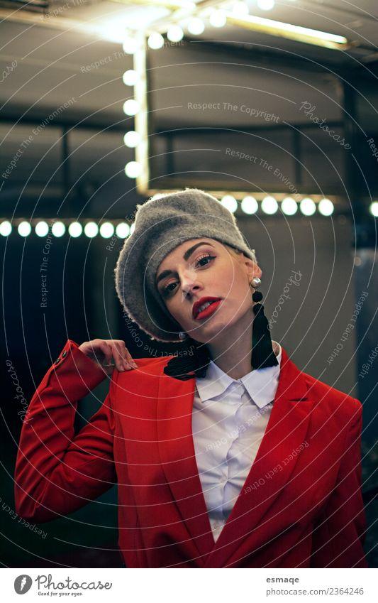 Porträt einer schicken Frau mit besonderen Lichtern elegant Nachtleben feminin Junge Frau Jugendliche Erwachsene Mode Anzug Hut Coolness schön einzigartig rot