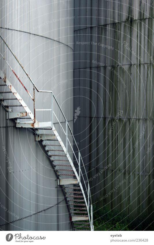 Stufige Windung - windige Stufen alt kalt Wand grau Mauer Gebäude Metall Fassade Treppe hoch Energiewirtschaft groß trist Industrie rund Fabrik