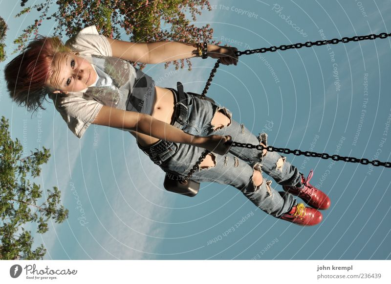 höhenflug feminin Junge Frau Jugendliche 1 Mensch schaukeln frech Fröhlichkeit Glück Freude Lebensfreude Kindheit Schaukel Spielplatz Punk fliegen Abheben