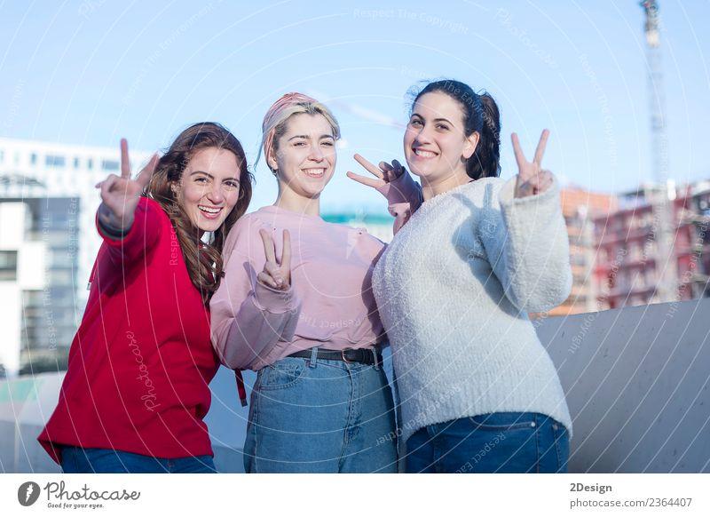 Porträt von drei jungen glücklichen Mädchen, die gestikulieren. Lifestyle Stil Freude Glück Freizeit & Hobby Ferien & Urlaub & Reisen Sommer Strand Meer Erfolg