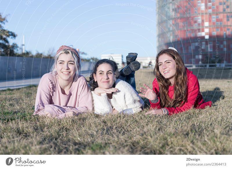 Drei glückliche Teenagerfreunde beim Spaß im Spring Park Lifestyle Freude Glück Gesicht Freizeit & Hobby Spielen Sommer Sport Kind Mensch feminin Junge Frau
