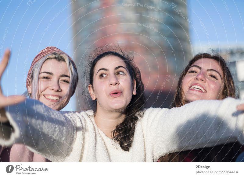 Frau Mensch Ferien & Urlaub & Reisen Jugendliche Junge Frau Sommer schön Freude 18-30 Jahre Straße Erwachsene Lifestyle Liebe lachen Glück Mode