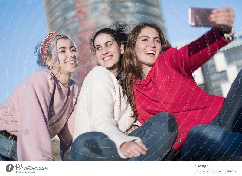 Lebensstil sonniges Bild von best friend girls, die Selfie machen. Lifestyle Freude Glück schön Freizeit & Hobby Ferien & Urlaub & Reisen Sommer Telefon