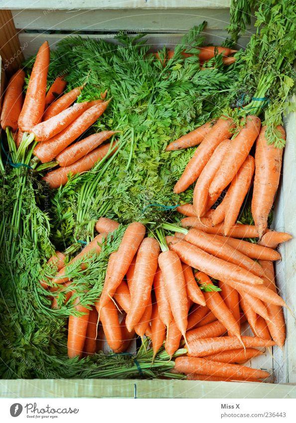 Karottenkiste grün Ernährung Lebensmittel orange Gesundheit frisch Gemüse lecker Bioprodukte Kiste Möhre Vegetarische Ernährung Markt Marktstand Ladengeschäft Holzkiste