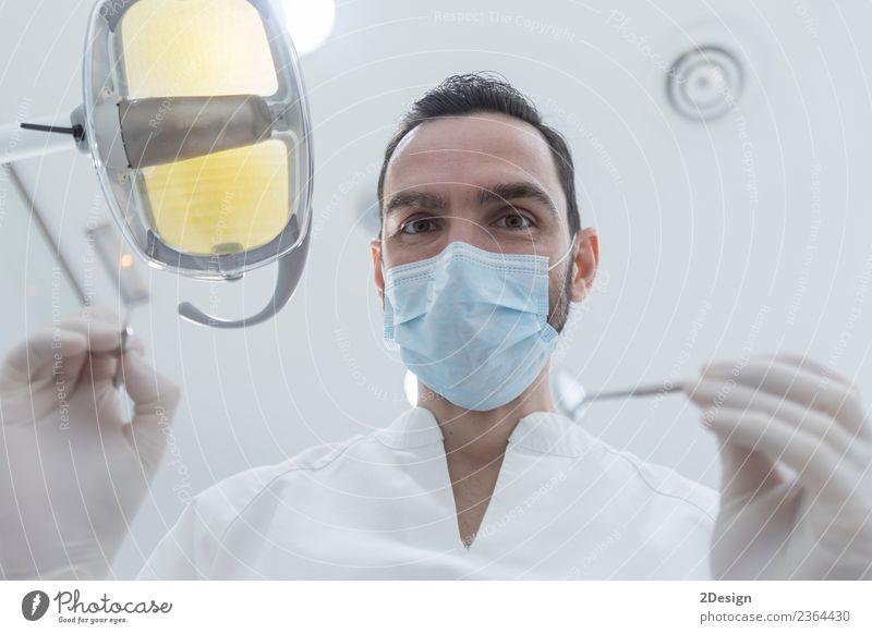 Arzt mit Maske und Werkzeug. Gesundheitswesen Behandlung Medikament Beruf Mensch maskulin Junger Mann Jugendliche Frau Erwachsene Hand 1 30-45 Jahre Handschuhe