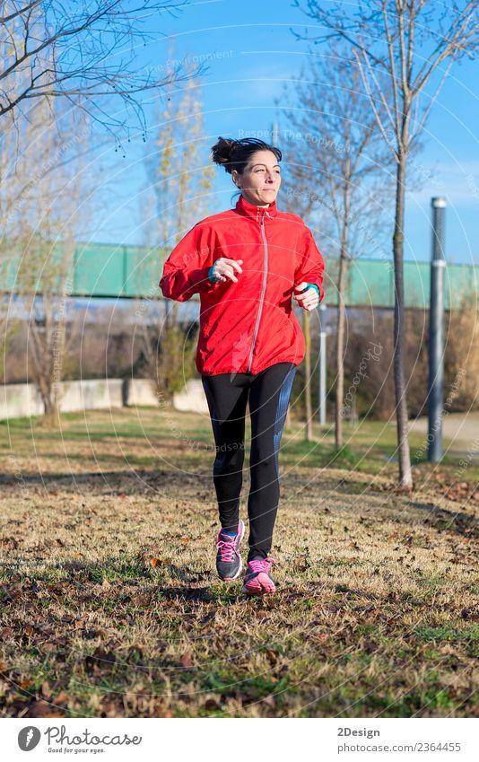 Läuferin beim Joggen im Park Lifestyle Glück schön Erholung Freizeit & Hobby Winter Sport Leichtathletik Sportler Arbeit & Erwerbstätigkeit Mensch feminin