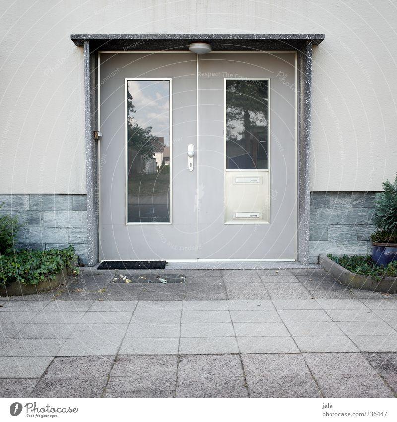 mid century style alt Pflanze Haus Wand Architektur grau Mauer Gebäude Tür Fassade trist retro Bauwerk Eingang altehrwürdig Sechziger Jahre