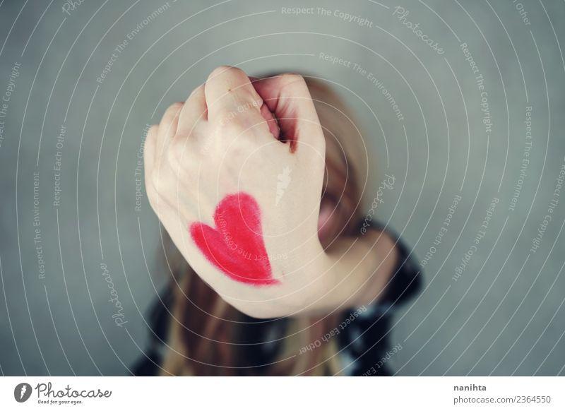 Junge Frau mit einem roten Herzen in der Hand gemalt. Stil Design Freude Gesundheit Gesundheitswesen Wellness Valentinstag Mensch feminin Jugendliche 1