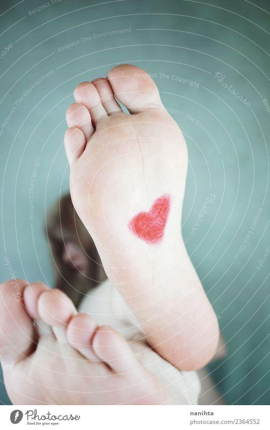 Die Füße einer jungen Frau mit einem Herzen, das in einem Fuß gemalt ist. Stil Design Gesundheit Gesundheitswesen Wellness harmonisch Sinnesorgane Erholung
