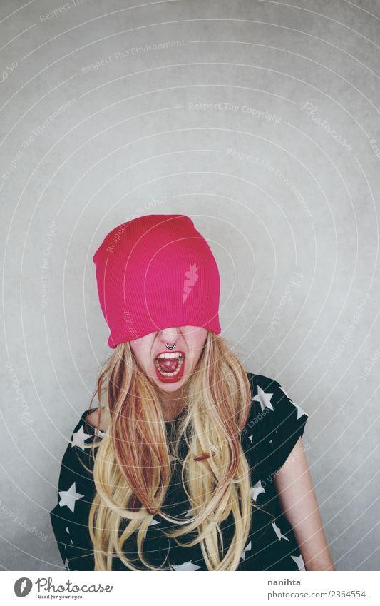 Wütende junge Frau, bedeckt mit einem Wollhut. Stil Haare & Frisuren Gesicht Mensch feminin Junge Frau Jugendliche 1 18-30 Jahre Erwachsene Piercing Hut blond