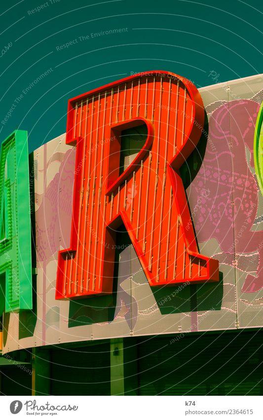 R Pferd Zeichen Schriftzeichen mehrfarbig grün rot Typographie Leuchtreklame Serife Farbfoto Außenaufnahme Tag Licht Schatten Zentralperspektive