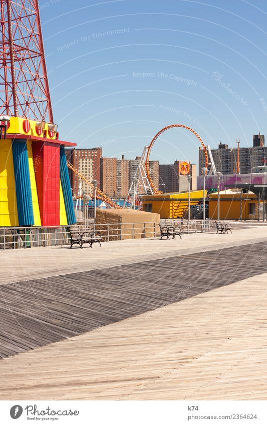 NYC - Luna Park Coney Island - Three Benches blau rot Haus gelb Holz Metall USA Schönes Wetter Beton Hauptstadt Amerika Bank Wolkenloser Himmel Stadtrand