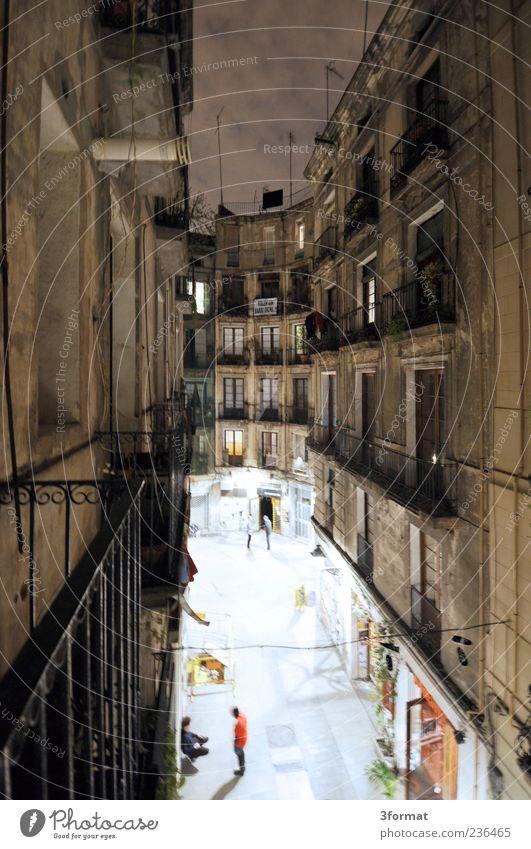 GASSE Mensch Stadt Straße Fenster Leben Wand Architektur Mauer Gebäude Fassade Ausflug Tourismus Häusliches Leben Lifestyle Stadtleben Aussicht