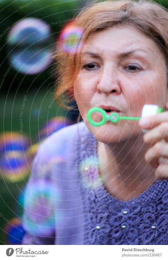Spaß für die ganze Familie Mensch Frau Sommer Erwachsene Gesicht Kopf träumen blond einzeln 45-60 Jahre Gelassenheit Kugel blasen Seifenblase verträumt Frauengesicht