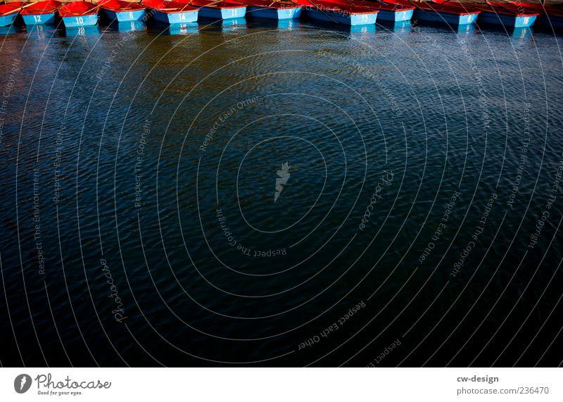 Die Lottozahlen Schifffahrt Bootsfahrt Ruderboot Hafen blau rot Wasserfahrzeug Wasseroberfläche Wellen Anordnung Reihe Strukturen & Formen See Farbfoto